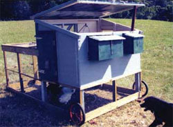 The hinged roof gives full access to the coop interior for cleaning and extra ventilation.
